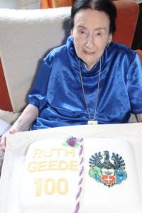 Ruth Geede mit ihrer Torte zum 100. Geburtstag. Foto: privat
